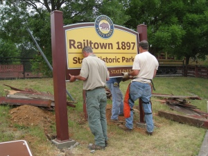 Maintenance Worker Danny Taylor, with Volunteers Mike Rainwater and David Deutch, installing our new entrance sign.