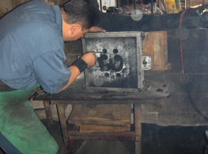 The foundry worker prepares the pattern board.